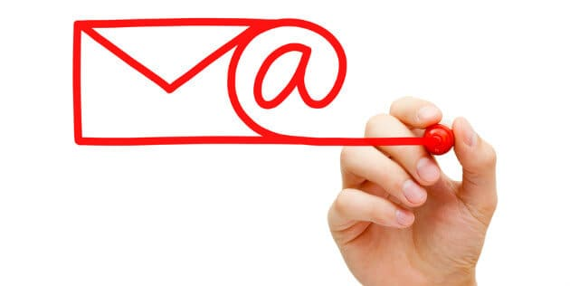 mão desenhando símbolo de email