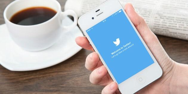 celular mostrando twitter