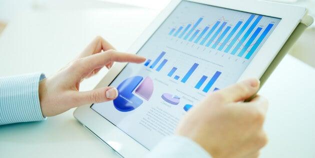 tablet com gráficos na tela