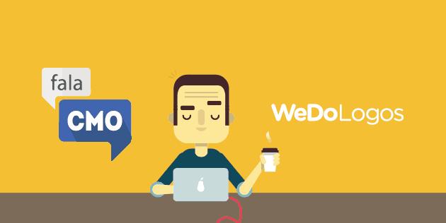 Homem no computador segurando café
