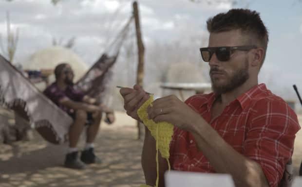 Rodrigo Hilbert fazendo crochê