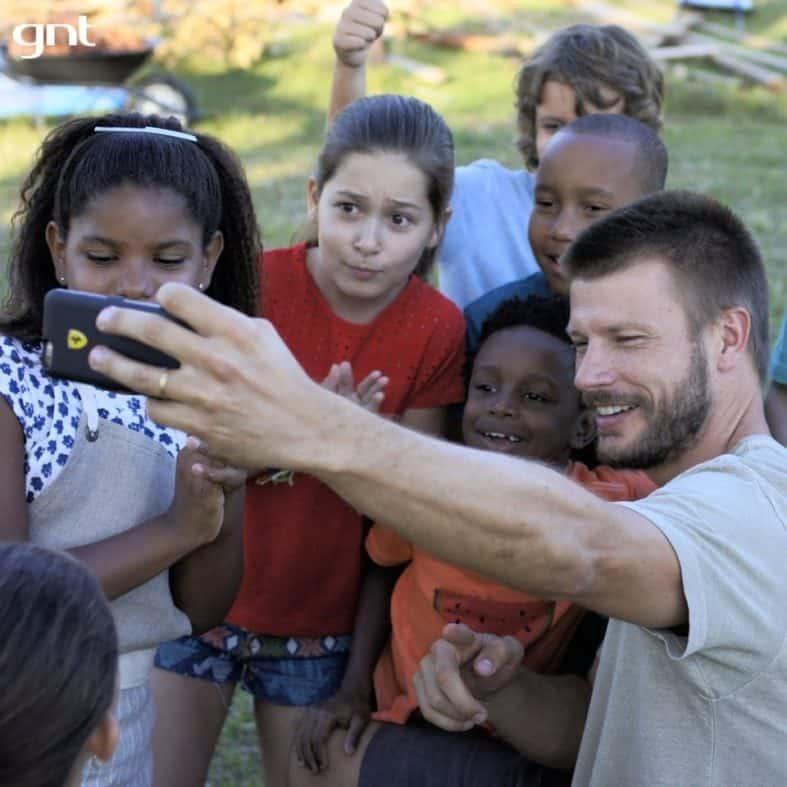 Rodrigo Hilbert tirando foto com crianças