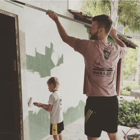 Rodrigo Hilbert pintando parede
