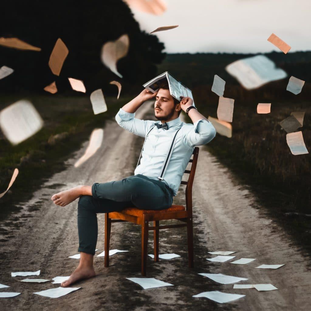 Homem com livro na cabeça