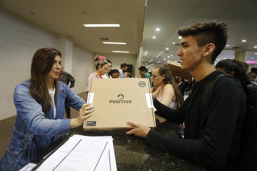 Inclusão digital: distribuição de computadores para alunos da rede pública.