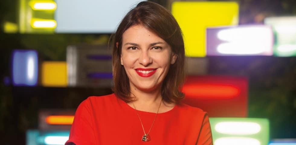Joanna Monteiro em plano médio