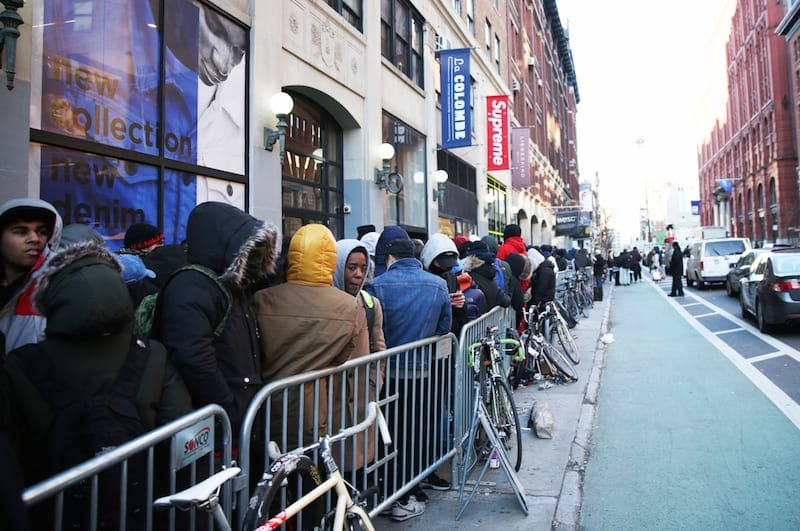 Longa fila na loja da Supreme