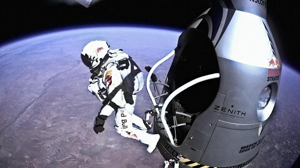 Imagem do live streaming do maior salto em queda livre da história