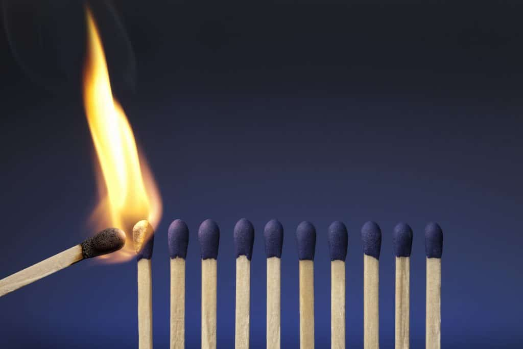 Fileira de fósforos sendo queimados, representando a síndrome de burnout