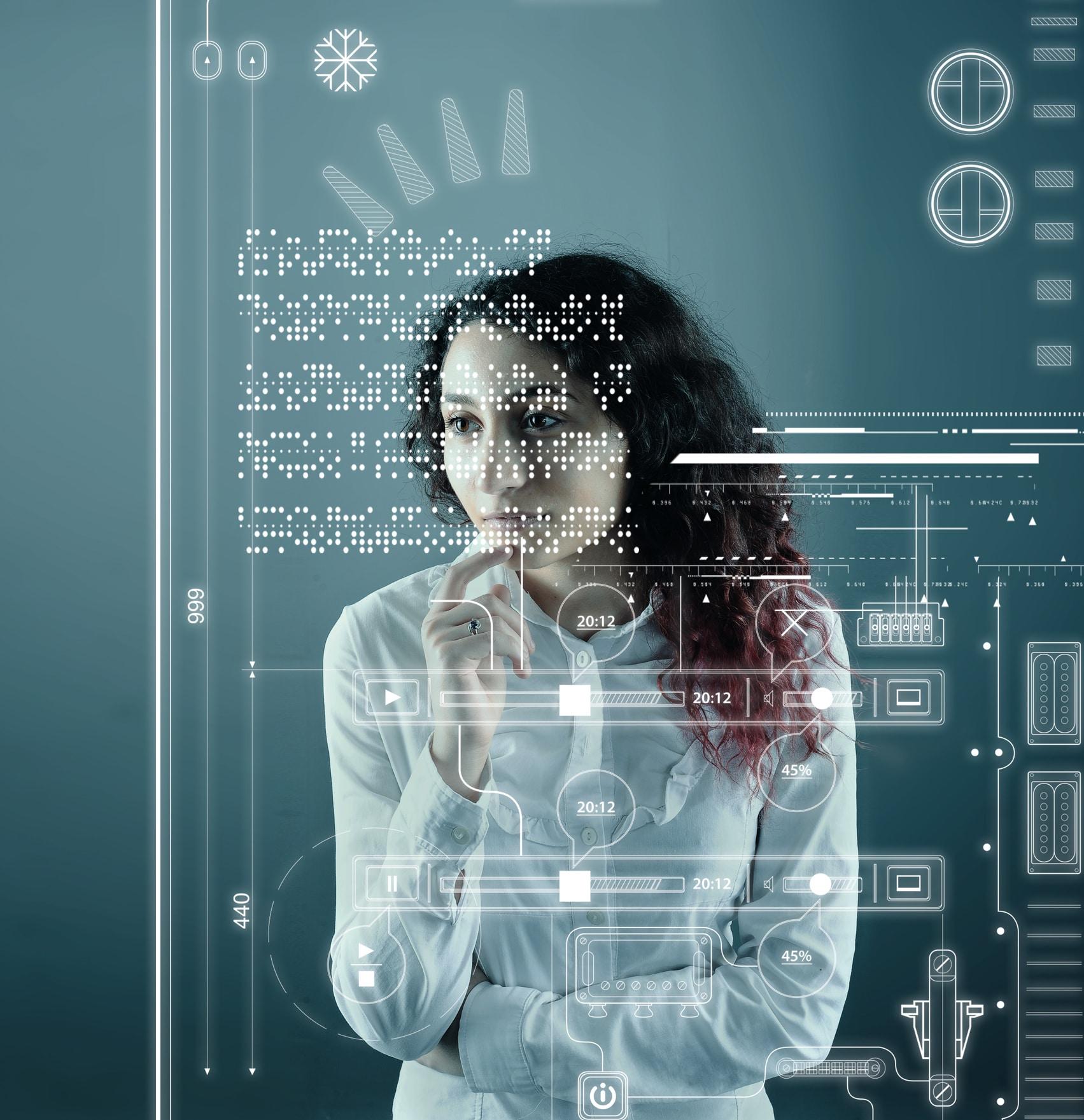 Mulher olhando dados em uma tela digital