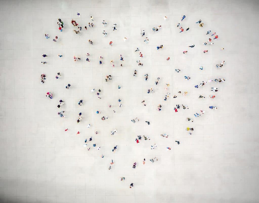 Pessoas formando um coração na rua