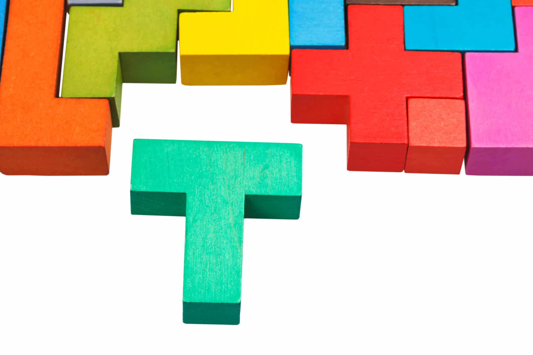Madeira recortada em formato de T fazendo parte de uma montagem ao estilo Tetris