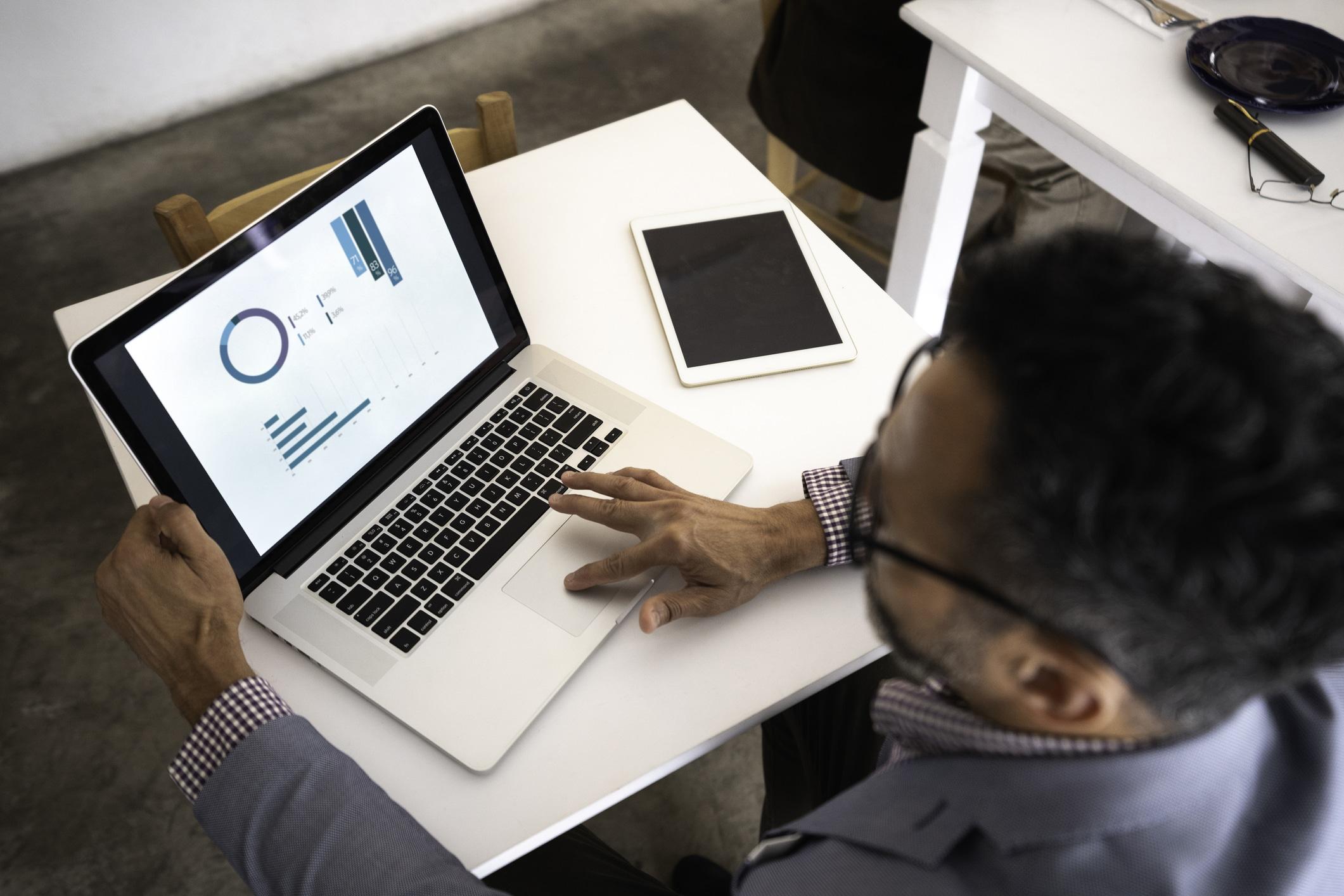 Homem trabalhando com gráficos