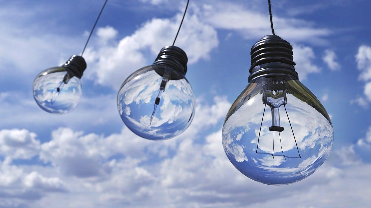 Lâmpadas, representando ideias que ajudam a nunca ficar sem assuntos para os seus textos
