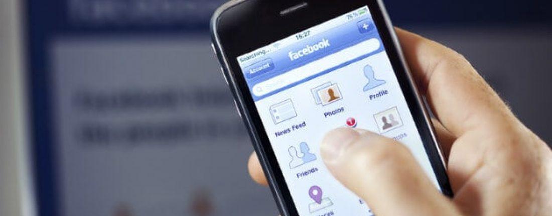 celular mostrando o aplicativo do facebook