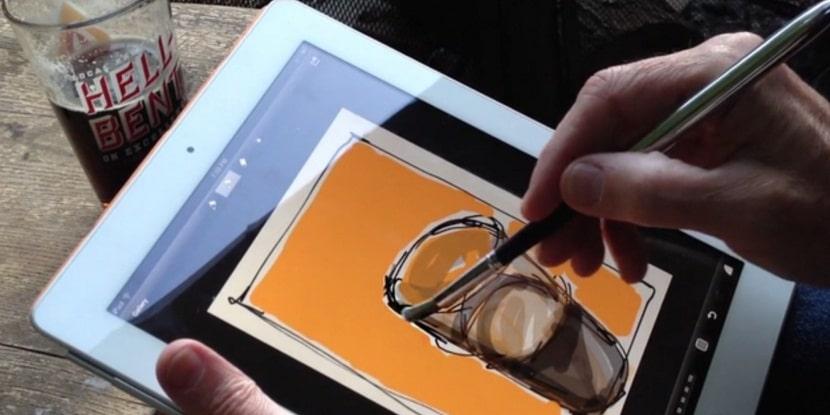 una persona haciendo un diseño de un vaso en un tablet