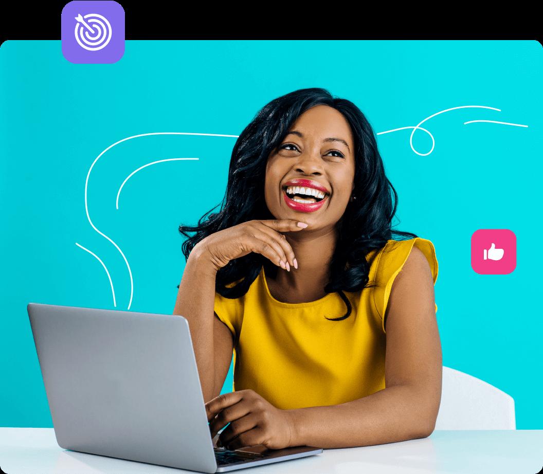 Mujer joven celebra sus resultados mientras revisa su computadora