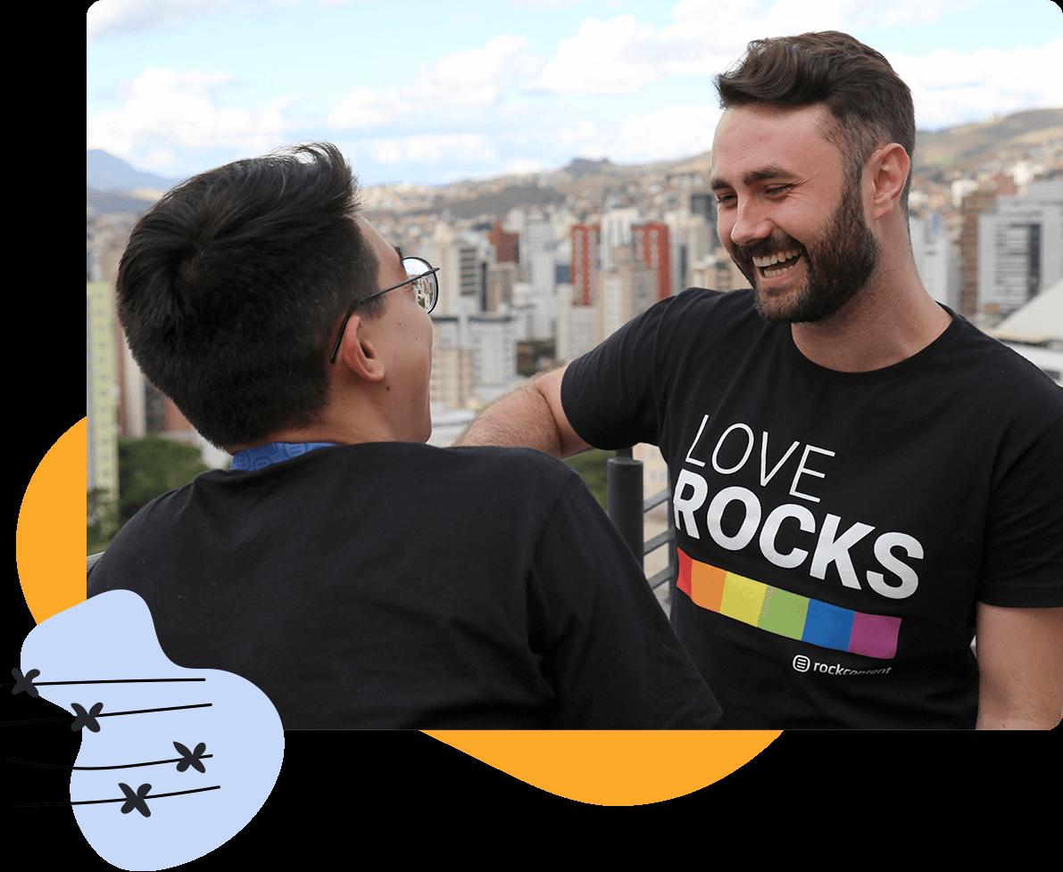 Dos profesionales de marketing charlan en una terraza