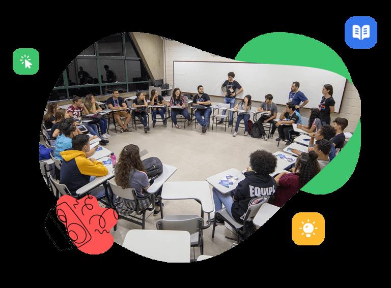 Aula llena de estudiantes en ronda en una acción social de Rock Content.