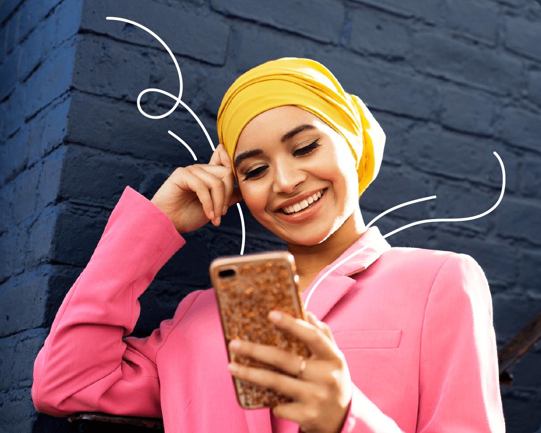 Mujer joven disfruta una experiencia de contenidos en su teléfono móvil.