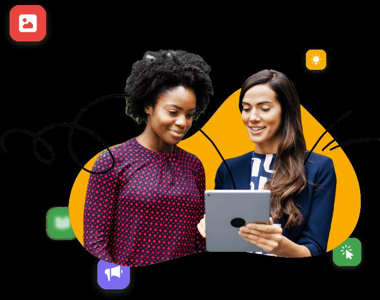 Dos mujeres jóvenes revisan resultados de marketing desde un tablet