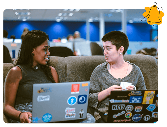 dos mujeres en la computadora