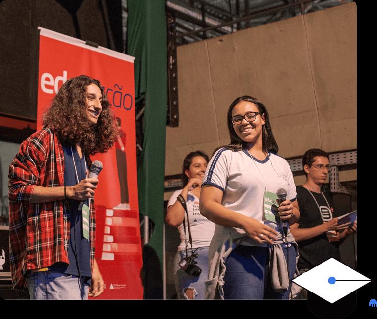 Jovens voluntarios em palco com microfone